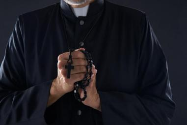 priest_with_rosary_810_500_75_s_c1.jpg